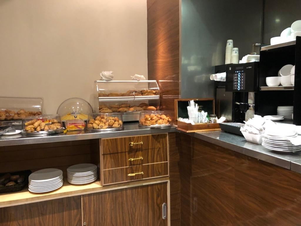 エジプト カイロ国際空港 第3ターミナル STAR ALLIANCE ラウンジ 数種類のパン