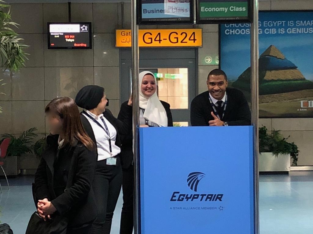 エジプト カイロ国際空港 第3ターミナル 搭乗口 係の方のニコやかな笑顔