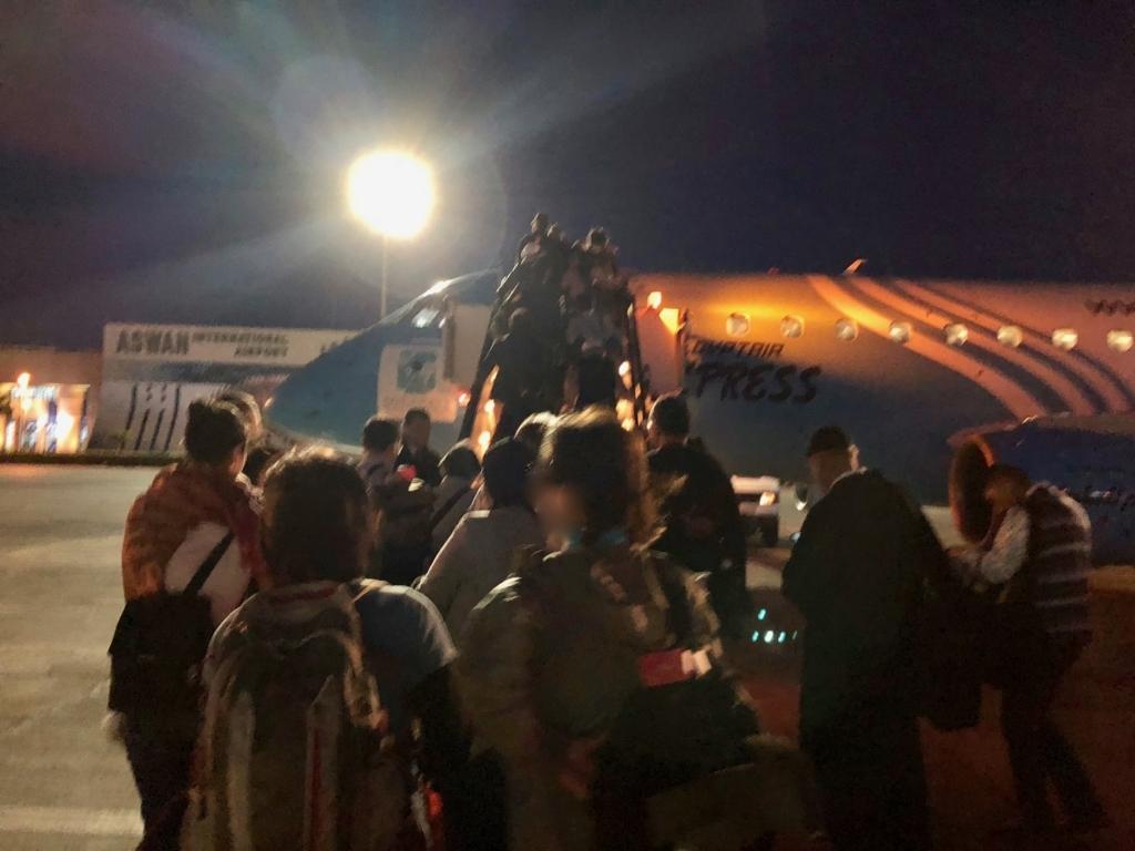 エジプト アスワン-カイロ空港 エジプト航空 MS398便 タラップで搭