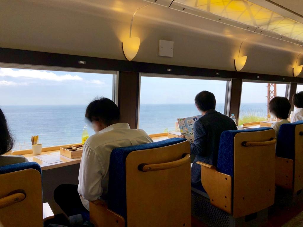 リゾート列車「伊豆クレイル IZU CRAILE」1号 山側席から 根府川付近ビューポイントを撮影