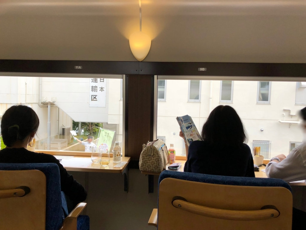 リゾート列車「伊豆クレイル IZU CRAILE」1号 山側席から 熱海駅のお見送り を撮影