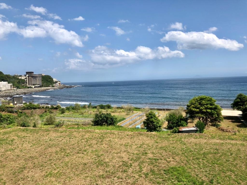 リゾート列車「伊豆クレイル IZU CRAILE」1号 車窓の風景 伊豆稲取駅付近