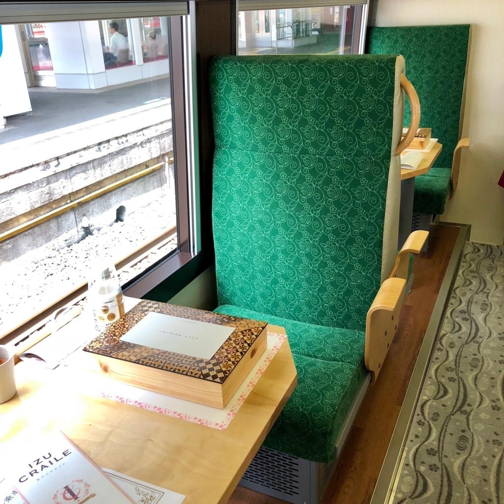 リゾート列車「伊豆クレイル IZU CRAILE」1号 山側席 ランチボックスが用意