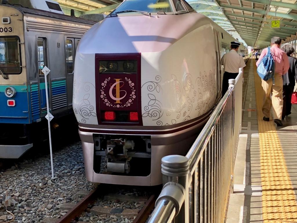 リゾート列車「伊豆クレイル IZU CRAILE」2号 伊豆下田駅 停車中