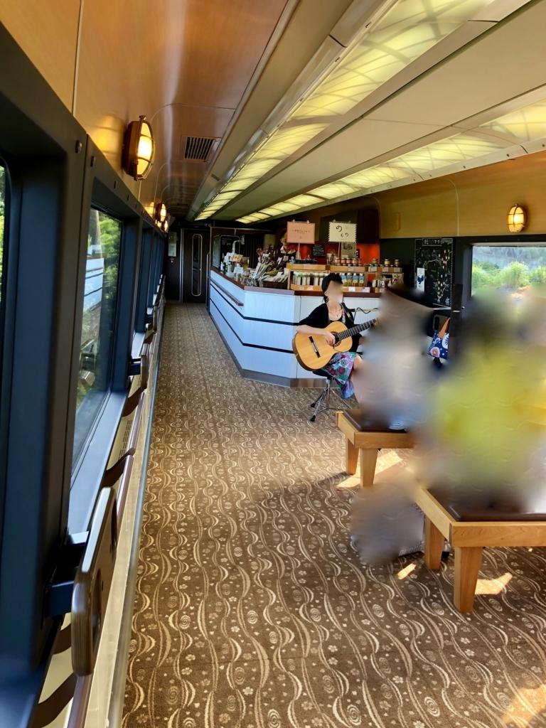 リゾート列車「伊豆クレイル IZU CRAILE」2号 ボサノヴァライブ 4号者の乗客が...