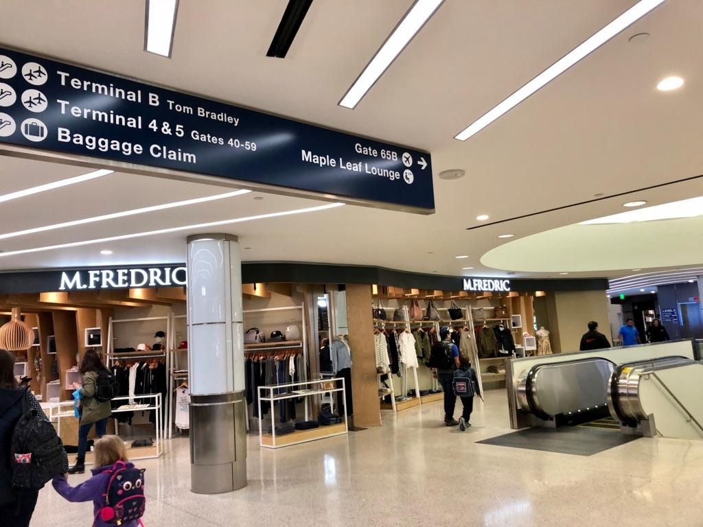 ロサンゼルス国際空港 国内線からトムブラッドレー国際ターミナル(TBIT) へ移動 エスカレータで地下通路へ