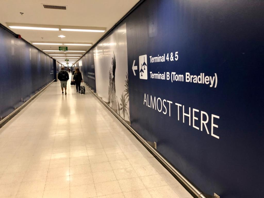 ロサンゼルス国際空港 国内線からトムブラッドレー国際ターミナル(TBIT) へ移動 隣のターミナルへ 地下通路を移動