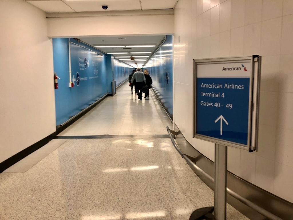 ロサンゼルス国際空港 国内線からトムブラッドレー国際ターミナル(TBIT) へ移動 地下通路 さらに 隣のターミナルへ