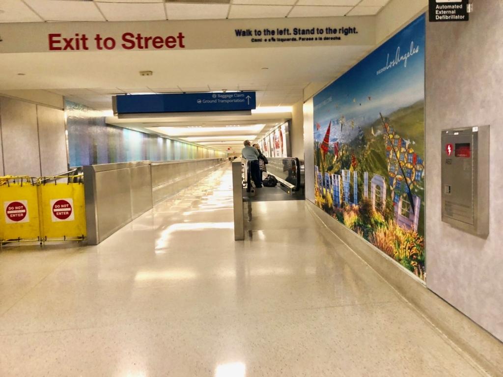 ロサンゼルス国際空港 国内線からトムブラッドレー国際ターミナル(TBIT) へ移動 地下通路 ターミナル4へ 直進NG