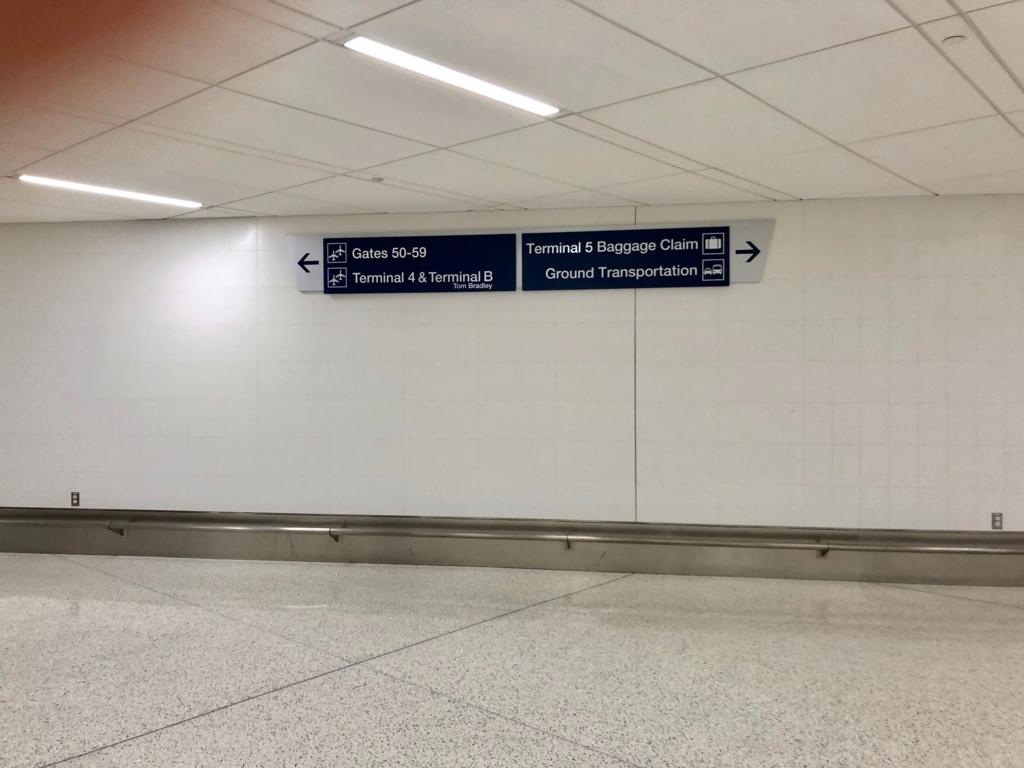 ロサンゼルス国際空港 国内線からトムブラッドレー国際ターミナル(TBIT) へ移動 地下通路 隣のターミナル到着