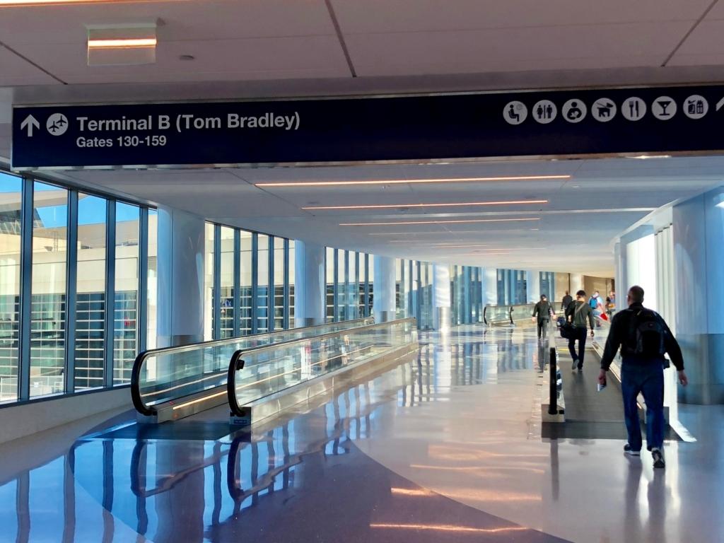 ロサンゼルス国際空港 国内線からトムブラッドレー国際ターミナル(TBIT) へ移動 ターミナル4からTBITへの通路