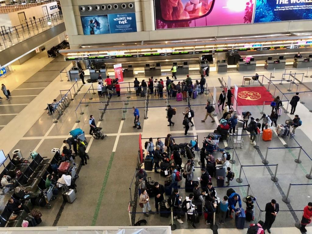 ロサンゼルス国際空港 国内線からトムブラッドレー国際ターミナル(TBIT) へ移動 ターミナル4からTBITへの通路 階下でセキュリティチェック
