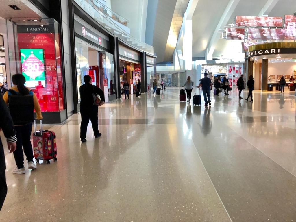 ロサンゼルス国際空港 国内線からトムブラッドレー国際ターミナル(TBIT) に到着