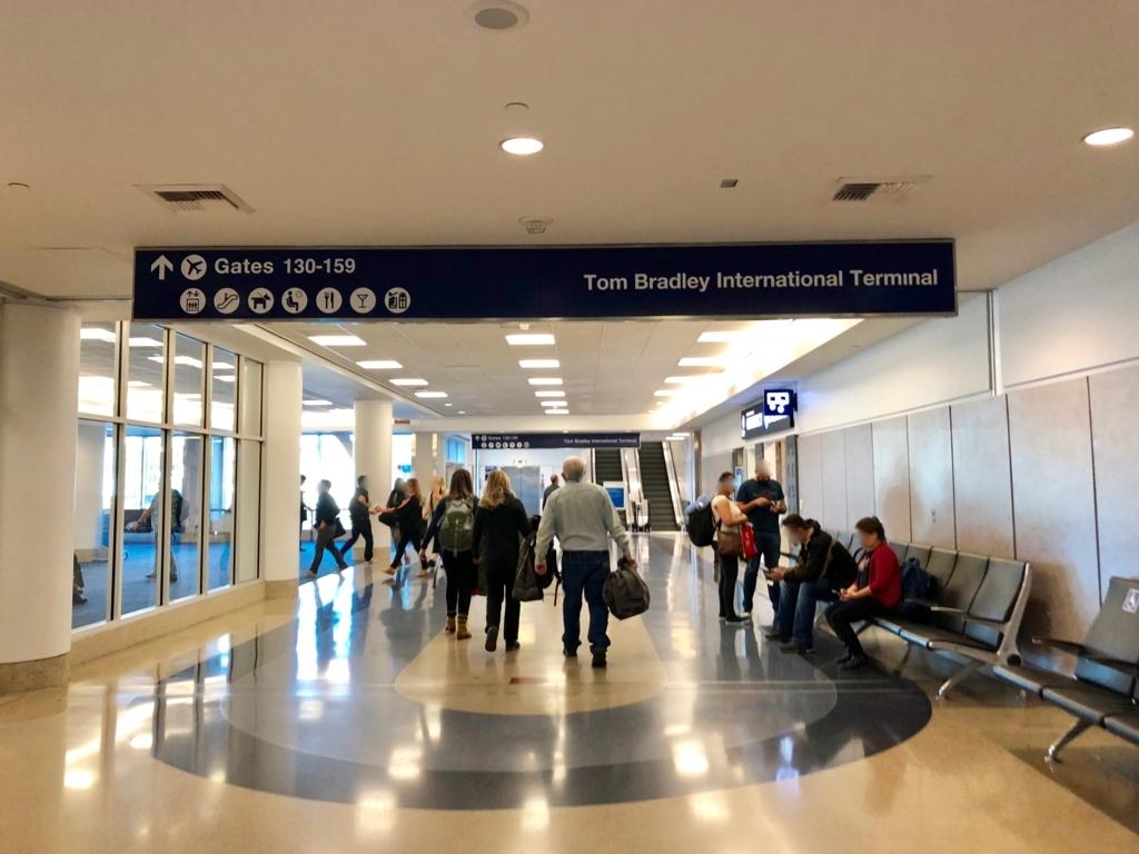 ロサンゼルス国際空港 国内線からトムブラッドレー国際ターミナル(TBIT) へ移動 ターミナル4 TBITへの看板