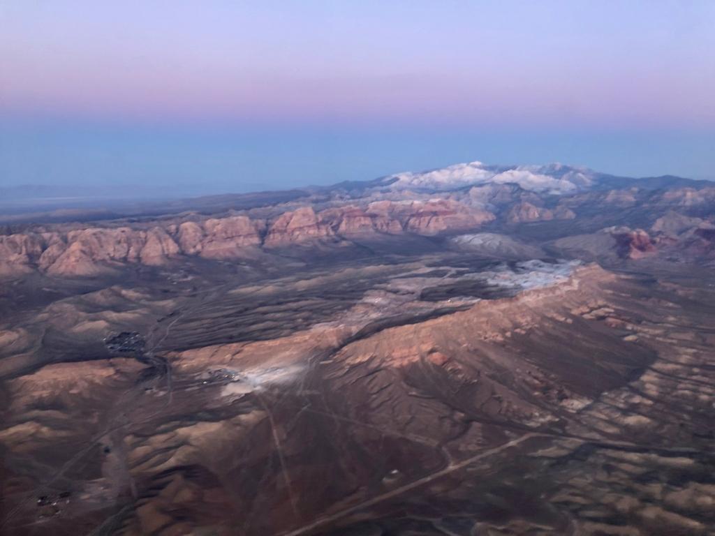 2018年2月 ラスベガスーロサンゼルス UA324便 UA324便 飛行中 ラスベガス周辺の山々 綺麗な朝焼け