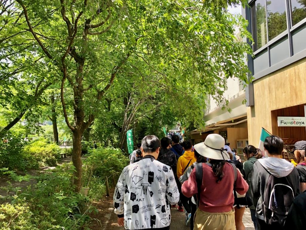 2018年5月 高尾山口駅から山麓駅へ たくさんの観光客