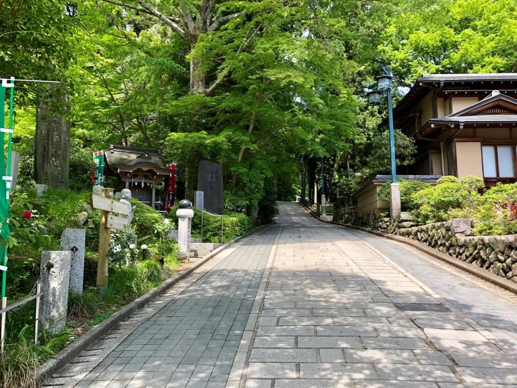 2018年5月 高尾山 一号路 清滝駅手前 右側の路へ