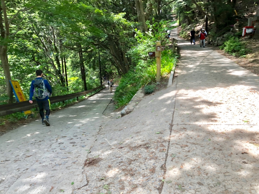 2018年5月 高尾山 一号路 金比羅神社から表参道へ 合流地点