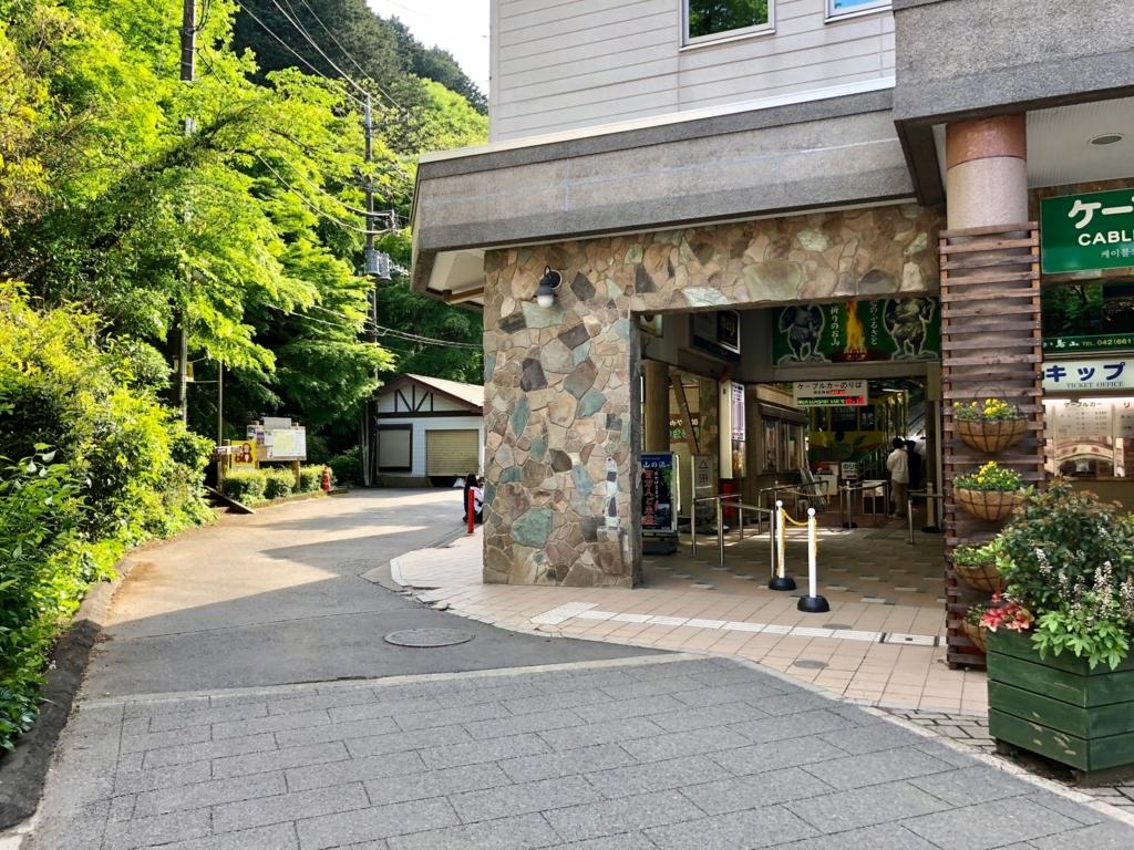 2018年5月 高尾山 6号路へは ケーブルカー 清滝駅左側の道