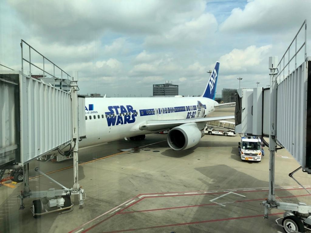 2018年5月 羽田空港 第2ターミナル 52番ゲート 早朝 鹿児島へ STAR WARS機