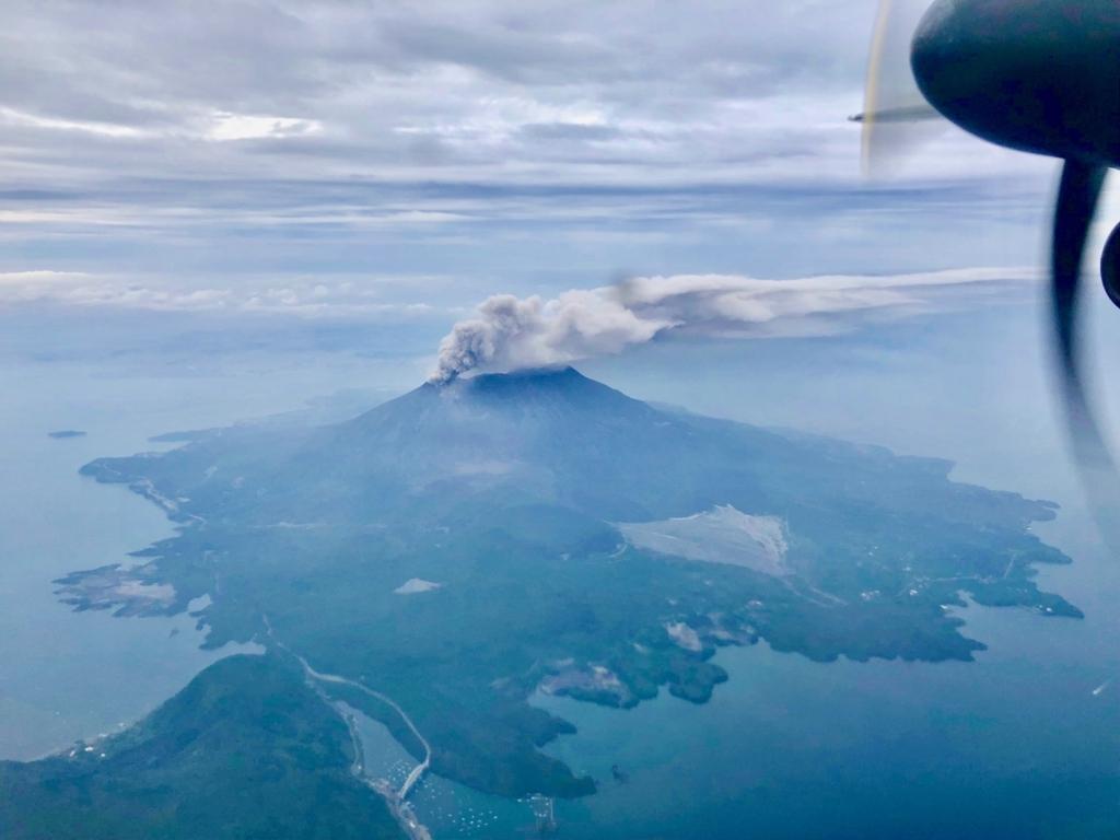 2018年5月 鹿児島空港-屋久島空港 桜島上空 煙をはく桜島