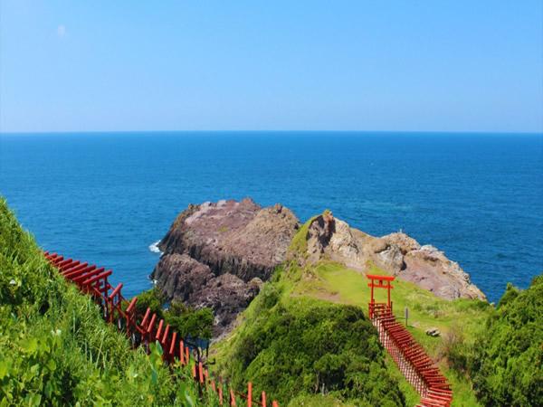 山口県 「元乃隅稲成神社」by www.nagato-sanden.com