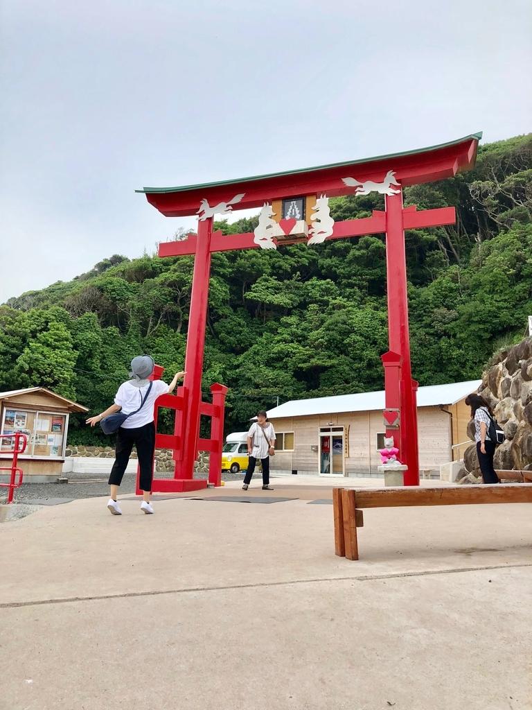 2018年6月 山口県 「元乃隅稲成神社」下から撮「いれにくい賽銭箱」のある鳥居
