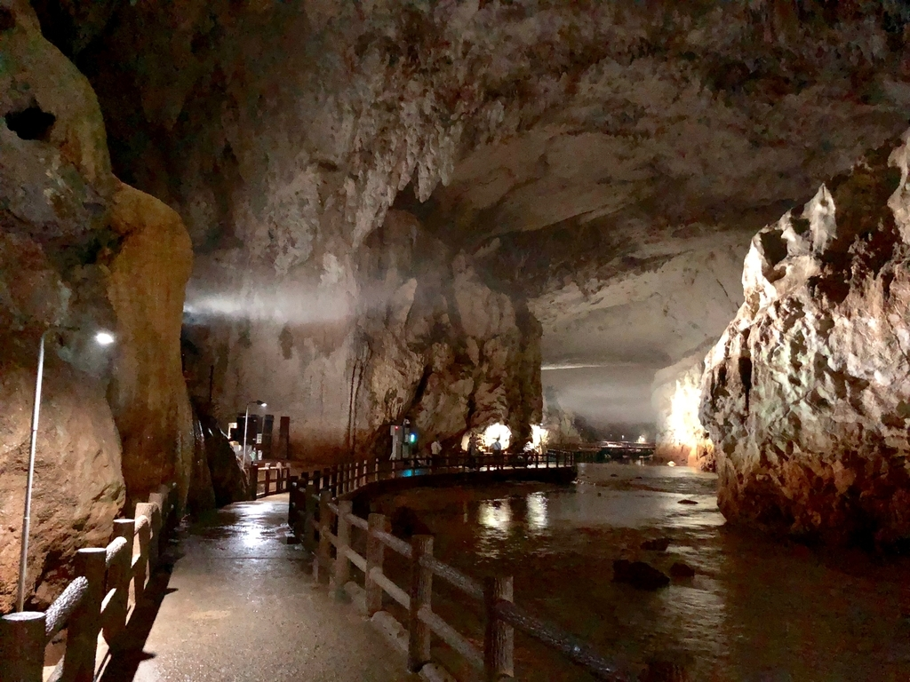 山口県秋吉台国定公園「秋芳洞」正面入り口 広い空間 横には川の流れ