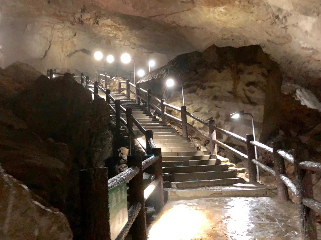 山口県秋吉台国定公園「秋芳洞」洞窟内階段