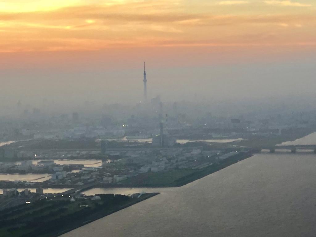 ANA 山口宇部-羽田 17:00発 東京周辺 19:00 東京スカイツリーが夕焼けの中
