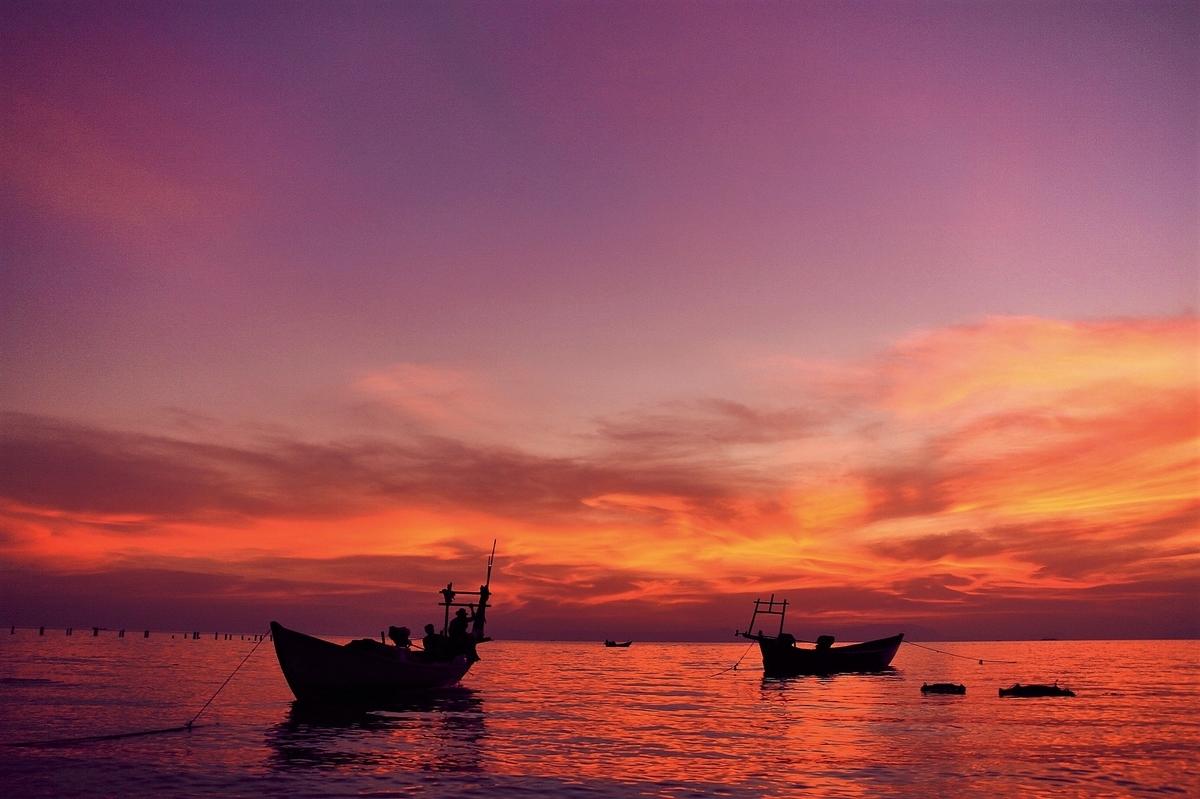 夕暮れと漁師