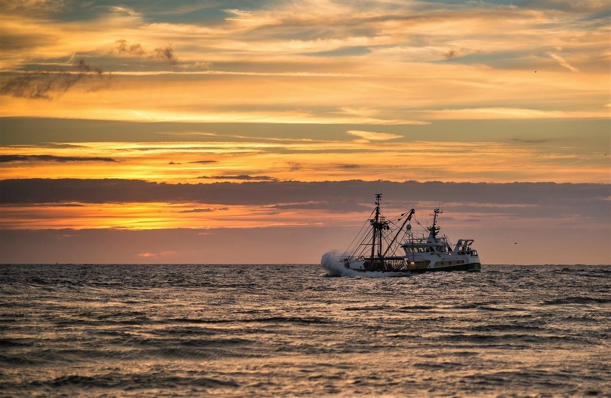 夕陽と漁船
