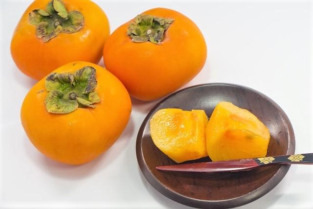 柿を食べる