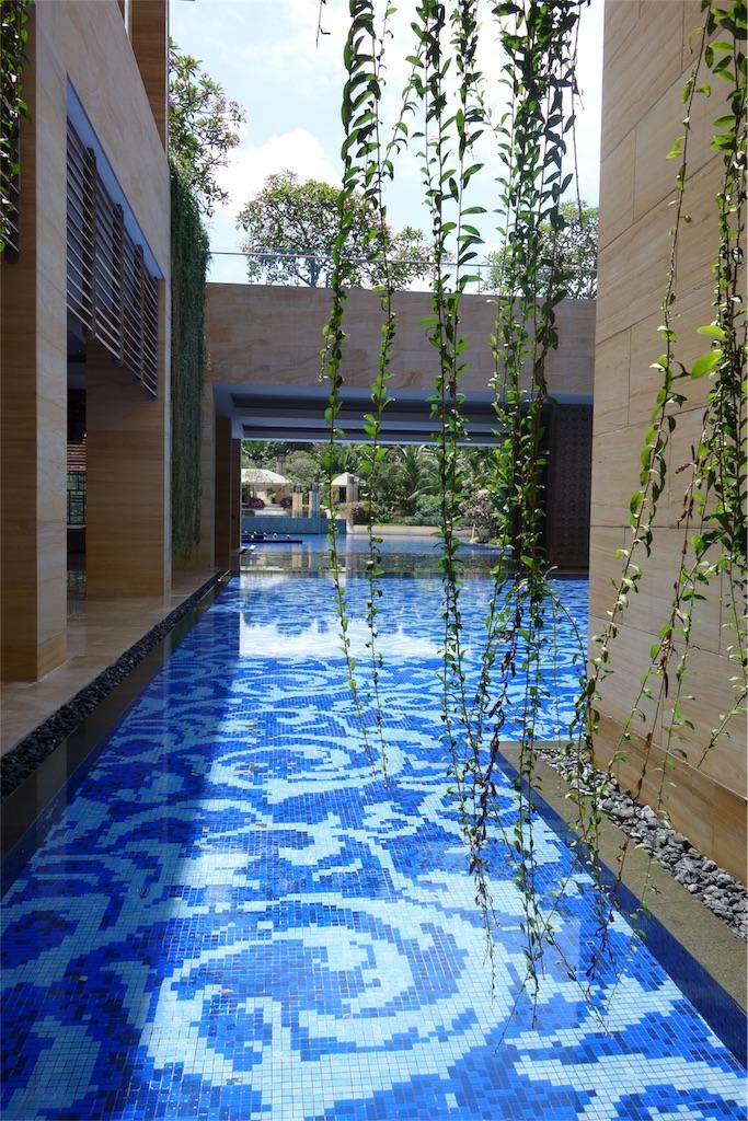 ホテル内 開放的 プール
