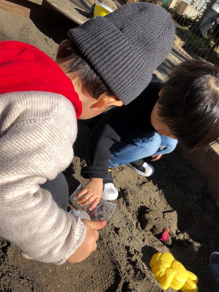 表参道公園 砂場で遊ぶ子供