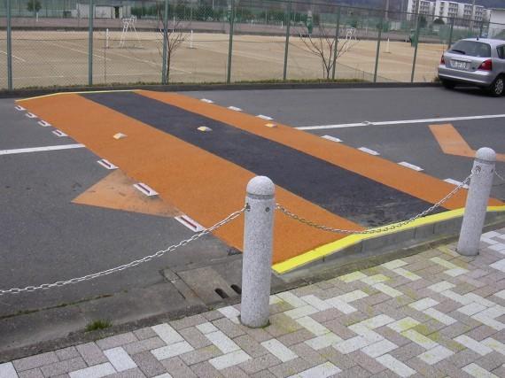 大学の外周道路に設置されている速度超過防止のための段差
