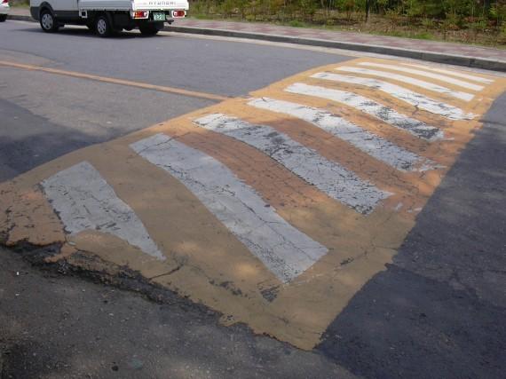 韓国の提携大学の構内道路に設置されている速度超過防止のための段差