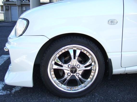 タイヤとフロントバンパーとのクリアランス (左側)