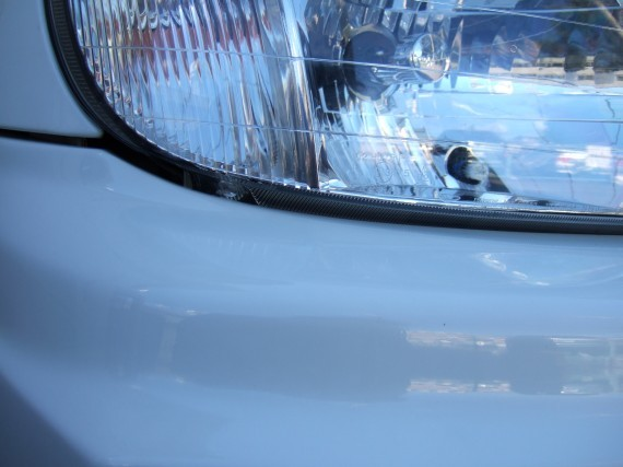右側ヘッドライトとバンパーとの隙間