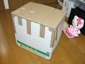 無理やり梱包したダンボール箱