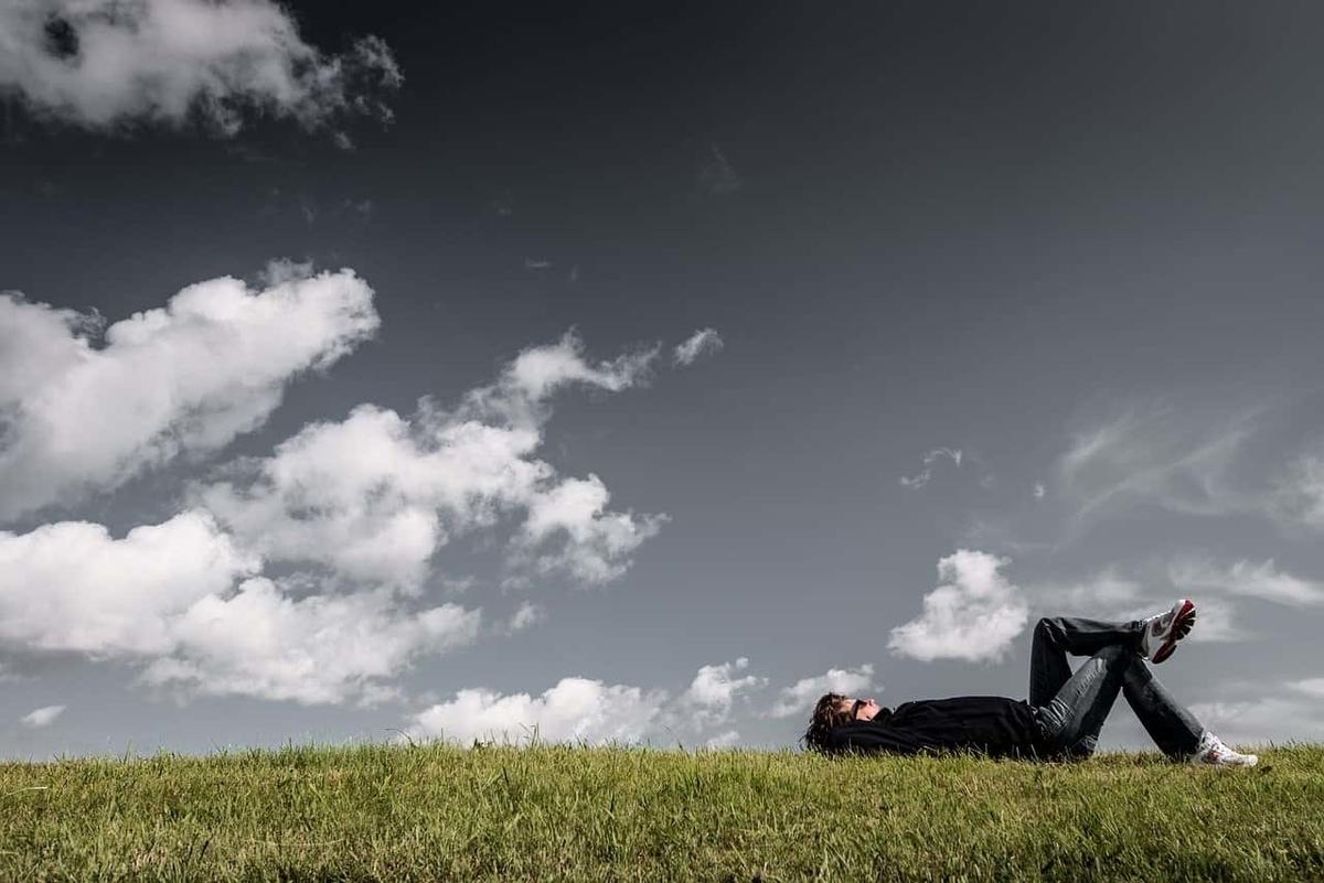 芝生に寝転ぶ男性