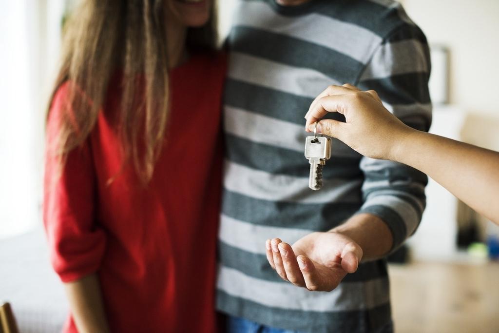 家の鍵を渡す
