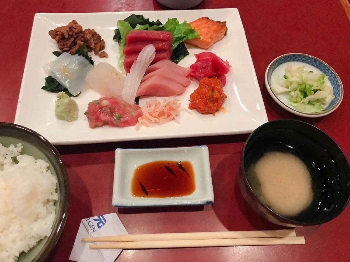 刺身、ご飯、漬物、味噌汁