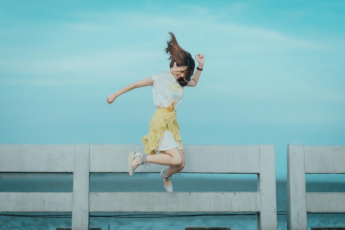 ガッツポーズでジャンプする女性