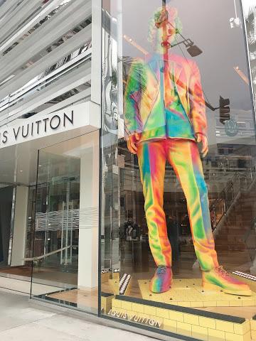 LOUIS VUITTON(ルイ・ヴィトン)巨大マネキンがお出迎え
