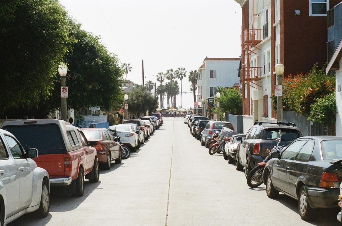 ずらりと駐車された自動車