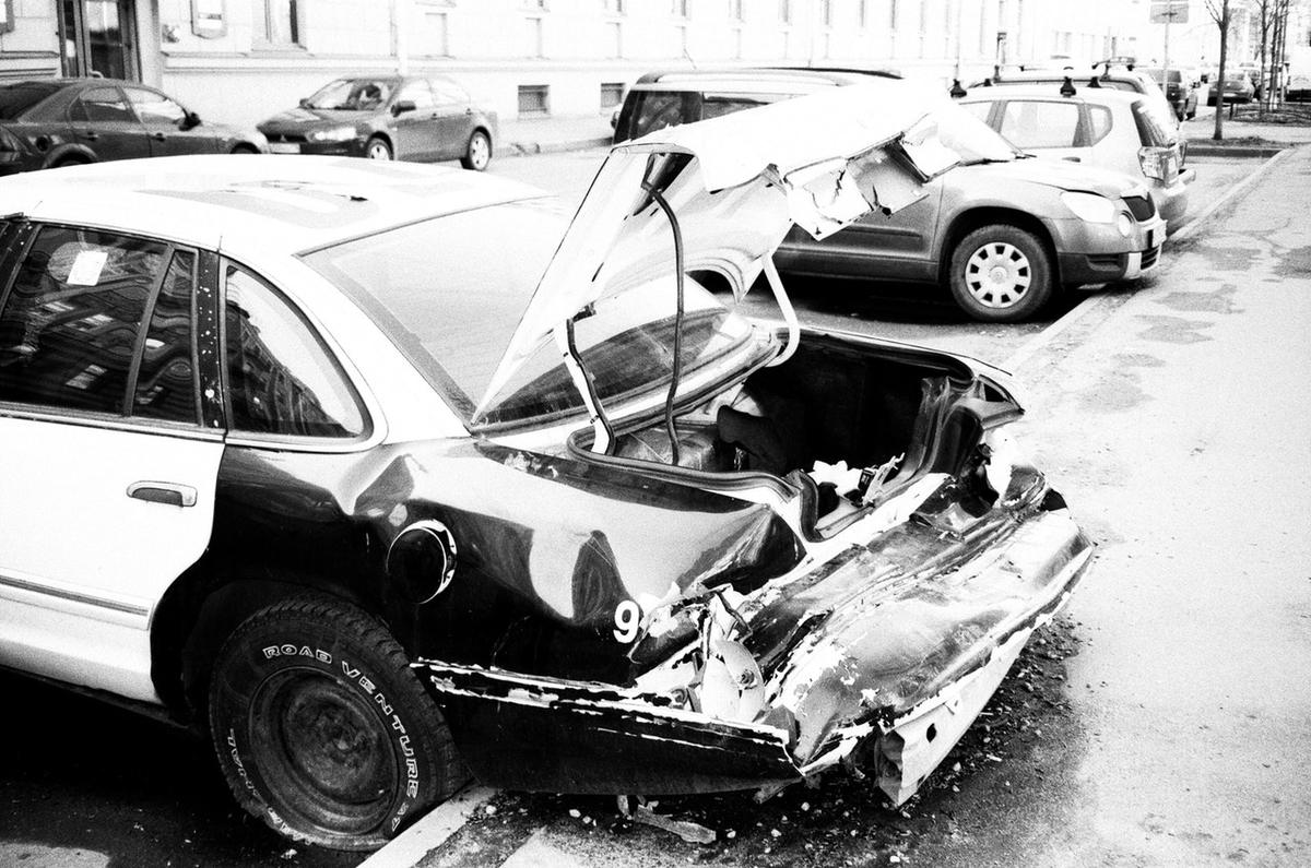ぐちゃぐちゃにつぶれた車