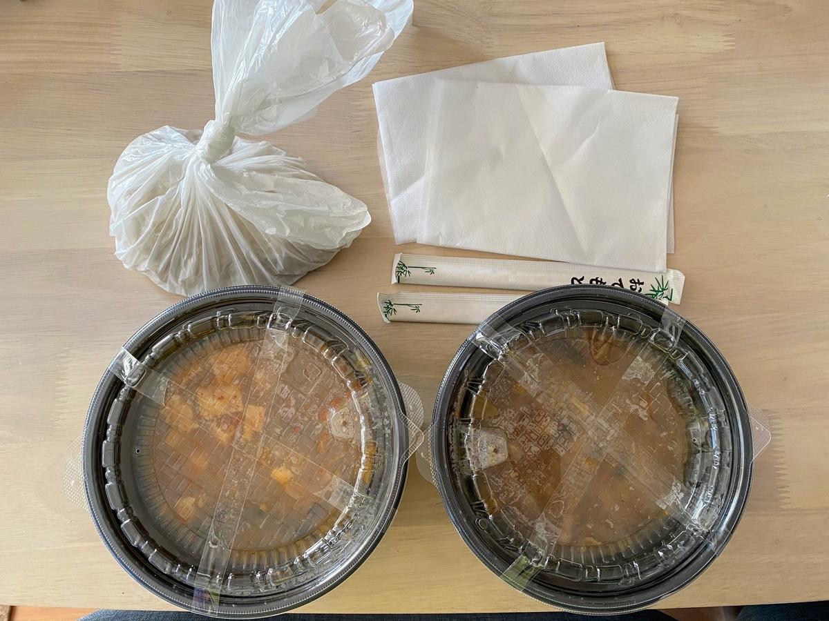 持ち帰り用にパッキングされた蒙古タンメンと味噌タンメン