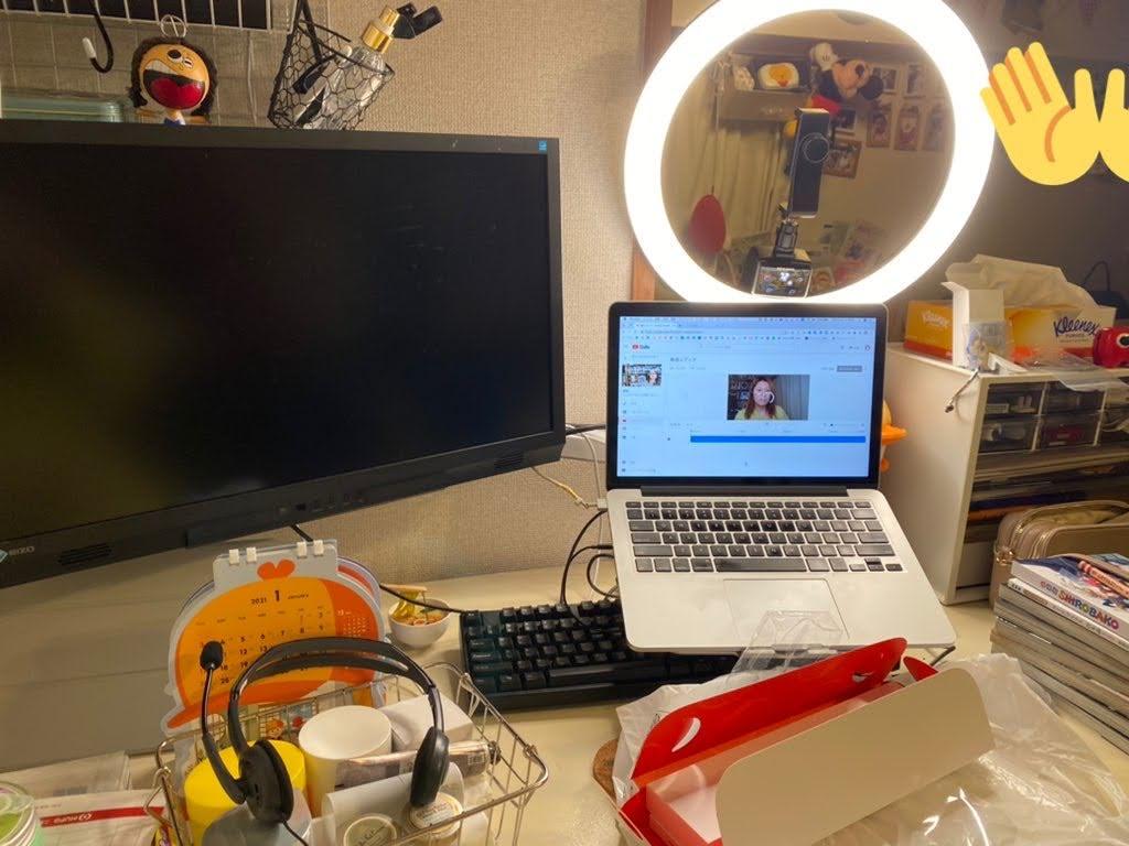 リングライトとパソコンでライブ配信する様子
