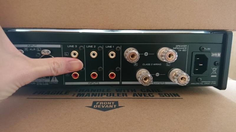 ティアックのプリメインアンプAX-505の端子間隔が広い